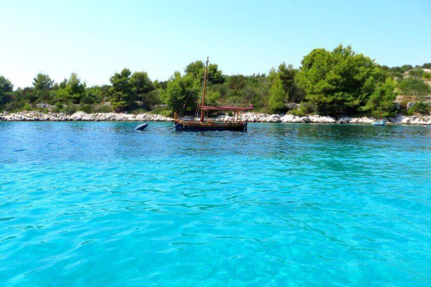 Boot in klarem Wasser - Kroatien