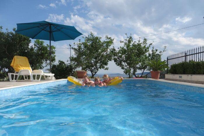 Kinder mit Luftmatratze im Pool