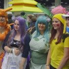 """""""Zickenalarm - Mädchen in der Pubertät"""": Marie und Iwa in einer Gruppe von Mädchen die als Mangafiguren verkleidet sind."""