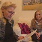 """""""Zickenalarm - Mädchen in der Pubertät"""": Sarah sitzt mit ihrer Mama auf dem Sofa. Sie betrachten ihr Zeugnis."""